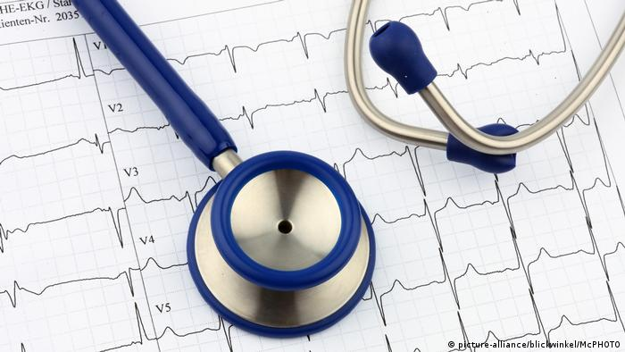 A stethoscope on an EKG printout (picture-alliance/blickwinkel/McPHOTO)