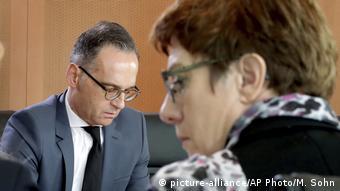Berlin | Kabinnetssitzung - Annegret Kramp-Karrenbauer und Heiko Maas (picture-alliance/AP Photo/M. Sohn)
