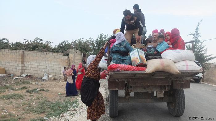 Refugees fleeing northern Syria after Turkish attacks (DW/K. Zurutuza)