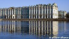 Das Eremitage Museum spiegelt sich in der Newa, St. Petersburg, Russland, Europa | Verwendung weltweit, Keine Weitergabe an Wiederverkäufer.