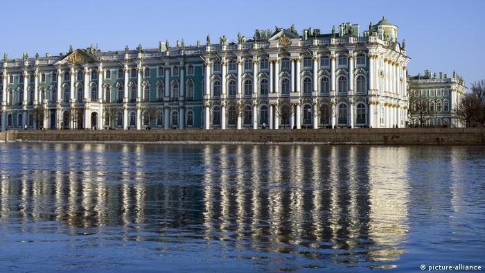 Das Eremitage Museum spiegelt sich in der Newa, St. Petersburg (picture-alliance)