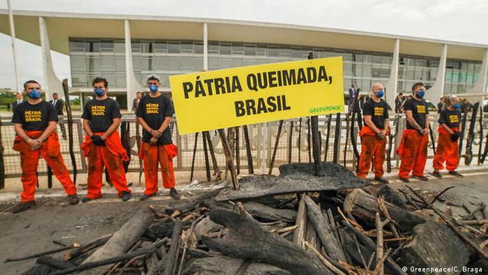 Protesto do Greenpeace diante do Palácio do Planalto contra resposta do governo Bolsonaro a manchas de óleo e queimadas
