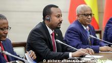 HANDOUT - 23.10.2019, Russland, Sotschi: Abiy Ahmed (M), Ministerpräsident von Äthiopien, nimmt an einem Treffen mit dem russischen Präsidenten Putin während des ersten Afrika-Russland-Gipfels teil. Foto: -/Kremlin/dpa - ACHTUNG: Nur zur redaktionellen Verwendung im Zusammenhang mit der aktuellen Berichterstattung und nur mit vollständiger Nennung des vorstehenden Credits +++ dpa-Bildfunk +++ | Verwendung weltweit
