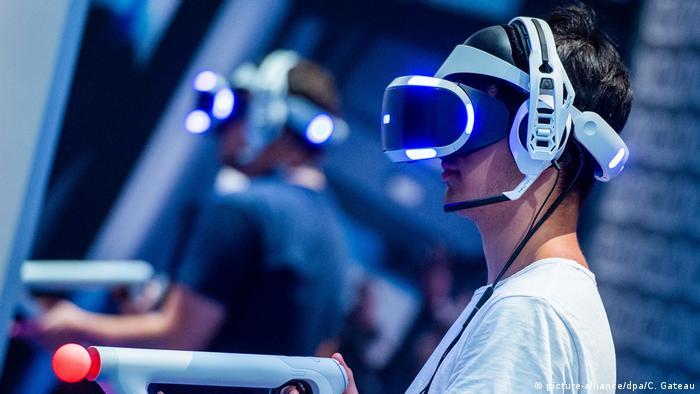 Gamescom 2018 | VR-Brille (picture-alliance/dpa/C. Gateau)