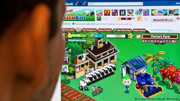 """Con el internet aparecieron los juegos en línea, que más tarde se trasladaron a los teléfonos inteligentes. Estos juegos conquistaron el mercado y tienen niveles de venta muy altos a pesar de que a menudo son menospreciados por los jugadores """"de verdad"""", que critican su falta de complejidad y gráficos simples."""