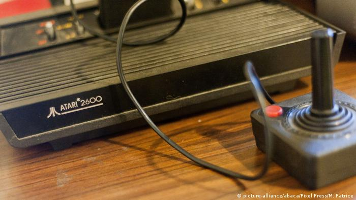 Spielekonsole Atari 2600 mit Joystick (picture-alliance/abaca/Pixel Press/M. Patrice)