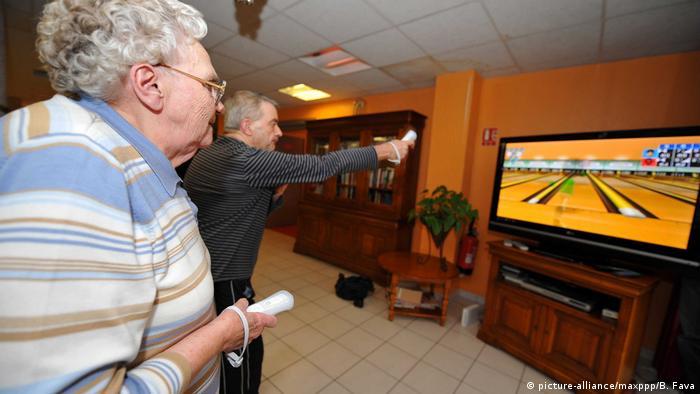 Frankreich Ältere Menschen spielen Nintendo Wii (picture-alliance/maxppp/B. Fava)
