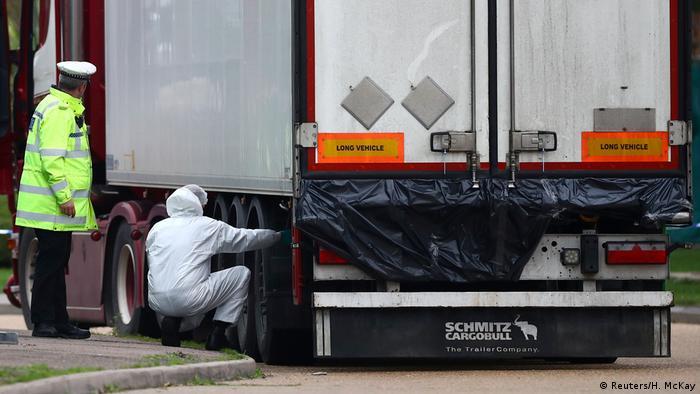 La Policía investiga el hallazgo de 39 cadáveres en un camión contenedor en Gran Bretaña. (23.10.2019).