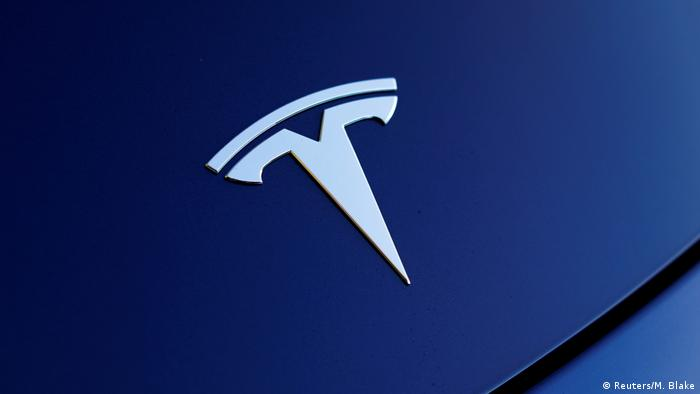 Logo Tesli na masce samochodu