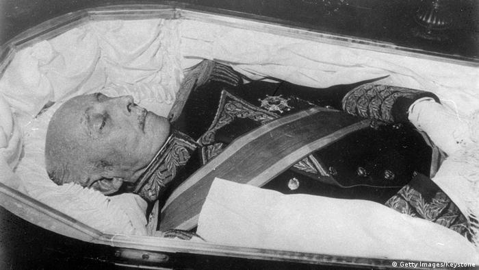 Spaniens Diktator Francisco Franco wurde nach seinem Tod am 20. November 1975 in einem offenen Sarg aufgebahrt (Foto: Getty Images/Keystone)