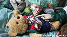 Kindergartenkinder beobachten eine Operation an Herrn Bär am Montag (04.06.2012) im Teddybärkrankenhaus in Halle (Saale). Dem schmerzgeplagten Teddybär wird der Blinddarm entnommen. Im Teddybärkrankenhaus wollen Medizinstudenten Kindern die Angst vor Arztbesuchen nehmen. Die angehenden Mediziner verarzten dabei spielerisch mitgebrachte Teddybären und Puppen, während deren kleine Besitzer dabei zuschauen können. Auch eine eigens eingerichtete Apotheke gibt es. Die Aktion findet bereits zum 9. Mal statt und läuft eine Woche. Foto: Jan Woitas dpa/lah | Verwendung weltweit