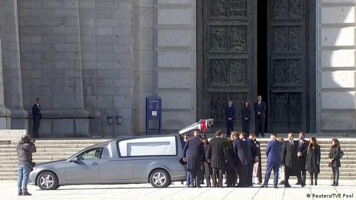 Los familiares de Francisco Franco transportan el ataúd con los restos del dictador español. (24.10.2019).
