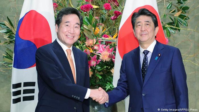 Прем'єр-міністр Південної Кореї Лі Нак Йон (л) та прем'єр міністр Японії Сіндзо Абе під час зустрічі у Токіо