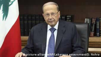 President Michel Aoun speaks from his desk (picture-alliance/AP/Lebanese government/D. Nohra)
