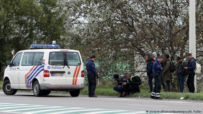 Belgien Polizei & Flüchtlinge bei Zeebrugge (picture-alliance/dpa/empics/G. Fuller)