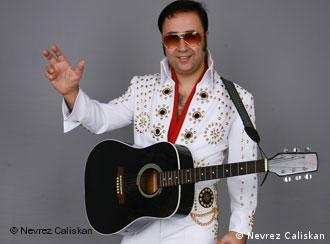 Der Elvis-Imitator in seinem originalgetreuen Kostüm