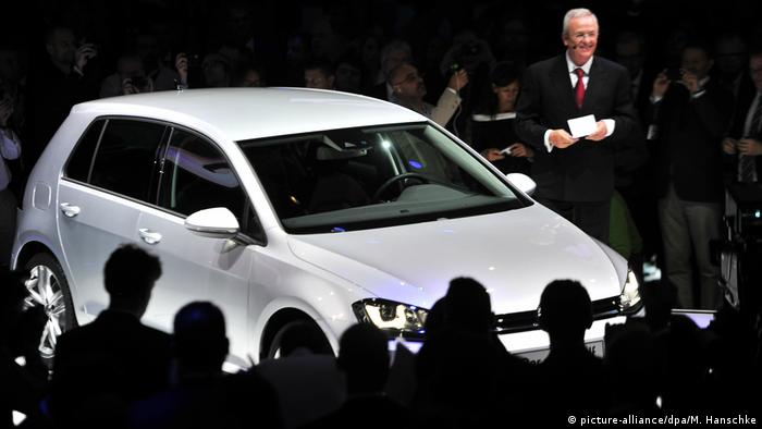 Winterkorn ao lado de um Golf em 2012: carro chegou a ser o mais vendido do mundo