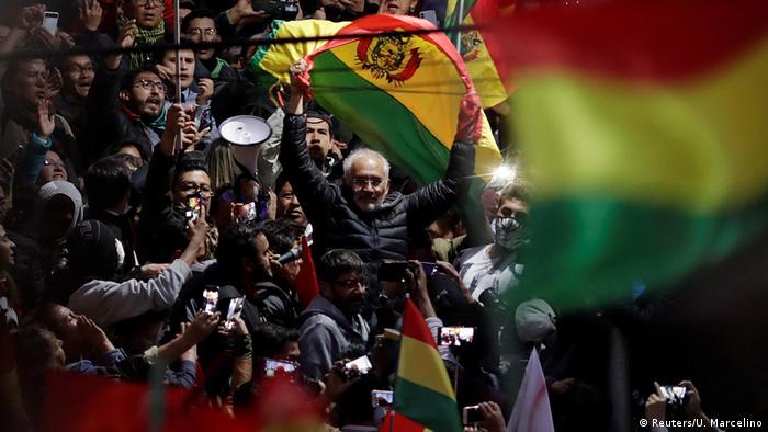 En Bolivia, la protesta se dirige contra un gobernante, Evo Morales, contra el reeleccionismo. Y tiene una cara al frente: el opositor Carlos Mesa.