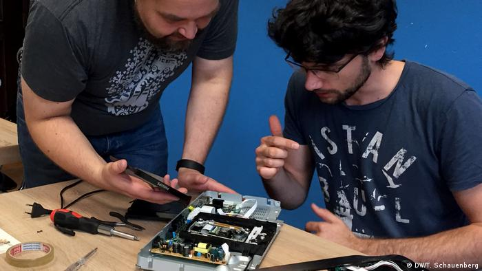 Kafejka naprawcza w Kolonii: Christopher Olk (pr.) próbuje naprawić odtwarzacz płyt DVD