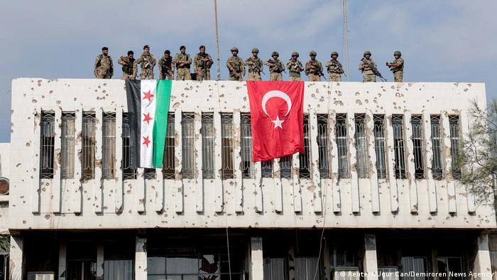 Syrien Krieg Grenze Türkei | Ras al Ain, von Türkei unterstützte Rebellen (Reuters/Ugur Can/Demiroren News Agency)