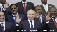 24.10.2019, Russland, Sotschi: Wladimir Putin (1. Reihe, M), Präsident von Russland, steht zusammen mit den Führern der afrikanischen Ländern für ein Gruppenfoto im Rahmen des ersten Afrika-Russland-Gipfels zusammen. Foto: Valery Sharifulin/POOL TASS Host Photo Agency/dpa +++ dpa-Bildfunk +++ |