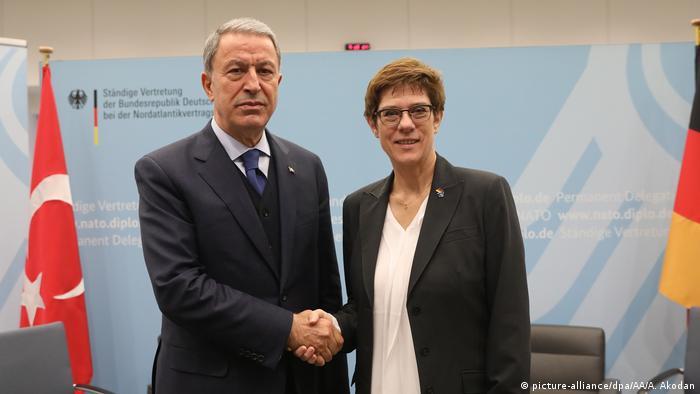 Belgien | Annegret Kramp-Karrenbauer auf Nato-Treffen (picture-alliance/dpa/AA/A. Akodan)