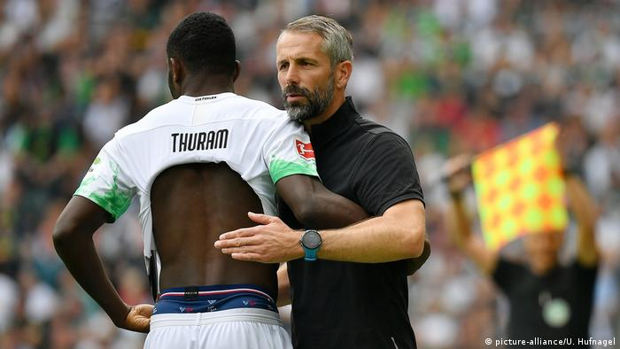 Marcus Thuram and Marco Rose confer on the pitch in a home match against Fortuna Düsseldorf, 22.09.2019.