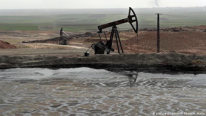 Oil driller in Syria (picture-alliance/AP Photo/H. Malla)