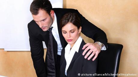 Sexuelle Belaestigung am Arbeitsplatz, sexual harassment (picture-alliance/blickwinkel/mcphotos)