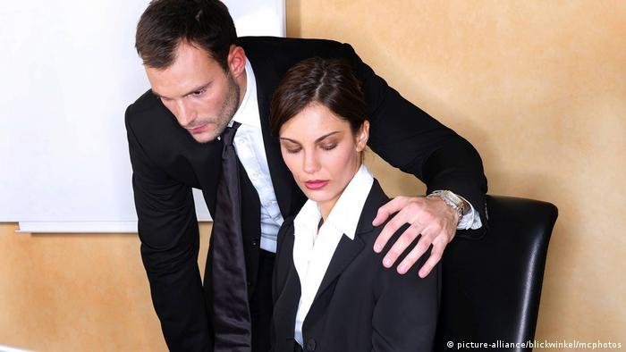 Sexuelle Belaestigung am Arbeitsplatz, sexual harassment (picture-alliance/blickwinkel/mcphotos)
