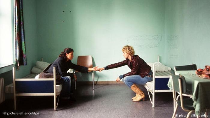 Filmszene aus Auf der anderen Seite mit zwei Darstellerinnen in kahlem Raum sich gegenübersitzend auf Betten (picture alliance/dpa)
