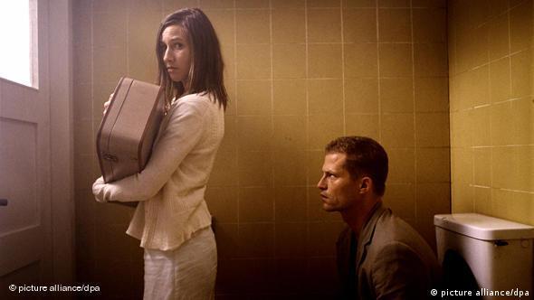Der Schauspieler Til Schweiger als sympathischer Loser Nick Keller mit Johanna Wokalek (als Leila) in einer (Toiletten-)Szene seines Kinofilms Barfuss(Foto: picture alliance)