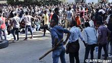 24.10.2019, Addis Abeba, Äthiopien, Supporters of Jawar Mohammed, a member of the Oromo ethnic group who has been a public critic of Abiy, gather outside his home in the Ethiopian capital, Addis Ababa after he accused security forces of trying to orchestrate an attack against him October 24, 2019. - A day after supporters of the high-profile opposition activist took to the streets, burning tyres and blocking roads following rumours of Jawar's mistreatment by state forces where at least four people were killed and dozens injured in protests in Ethiopia against Nobel Peace Prize laureate and Prime Minister Abiy Ahmed, hospital and police sources said Thursday. (Photo by STRINGER / AFP)
