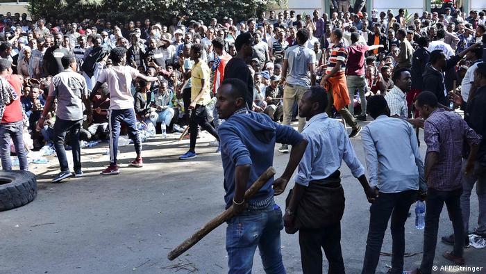 Unterstützer von Jawar Mohammed versammeln sich in Addis Abeba