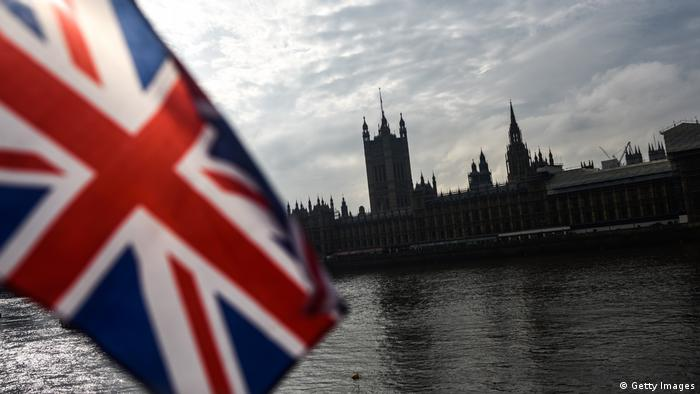 Großbritannien Flagge & Houses of Parliament in London (Getty Images)