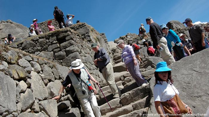 Machu Picchu, reconocido como Patrimonio Mundial de la UNESCO, ubicado al sur de Perú, cerca de Cusco, ha estado luchando con un auge del turismo en los últimos años. Miles de visitantes que llegan cada día al sitio están causando un daño irreparable en la estructura de piedra. El Peru Telegraph ha informado que el número de visitantes pasó de 80.000 en 1991 a 1,5 millones en 2018.