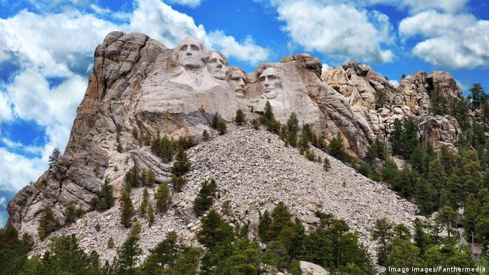 Гора Рашмор в Южной Дакоте. Барельефы Джорджа Вашингтона, Томаса Джефферсона, Теодора Рузвельта и Авраама Линкольна, высеченные в честь 150-летия истории США
