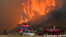 24.10.2019, Firefighters arrive to battle the Tick fire, a wind driven wild fire in the hills of Canyon Country north of Los Angeles, California, U.S. October 24, 2019. REUTERS/ Gene Blevins