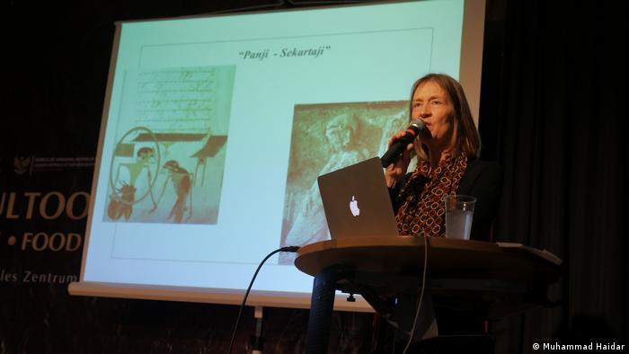 Dr. Lydia Kieven memaparkan penelitiannya tentang Panji dan kisah kesederhanaanya