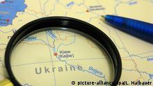 Eine Lupe auf einer Landkarte hebt das Gebiet der Ukraine hervor, aufgenommen am 01.02.2009. Foto: Lars Halbauer +++(c) dpa - Report+++ | Verwendung weltweit