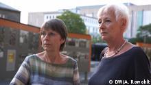 Herbst 2019, Berlin-Lichtenberg, Deutschland, Silke Orphal und Ilona Seeber, Stasi-Opfer auf dem Hof der ehemaligen Stasi-Zentrale in Berlin-Lichtenberg