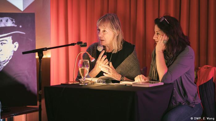 Mónica Müller junto a la moderadora Victoria Torres, durante la presentación de su libro en el centro cultural Machado de Colonia. Foto: Felipe Espinosa Wang