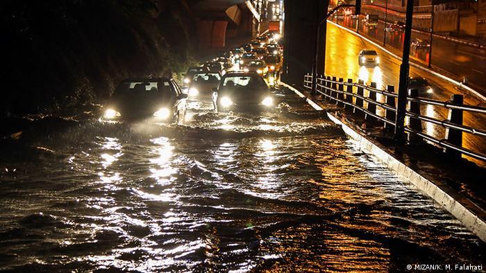 هر سال در ایران با آغاز فصل بارندگی کمبودهای زیرساختی و خطاهای موجود در ساختارها آشکار میشوند. اینبار با بارش باران در تهران، اتوبان صدر تقاطع بلوار کاوه دچار آبگرفتگی شدید شد.