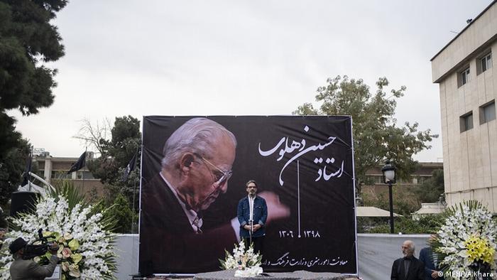 مراسم تشییع پیکر حسین دهلوی از بزرگان عرصه موسیقی ایران، صبح یکشنبه ۲۸ مهر (۲۰ اکتبر) با حضور جمعی از هنرمندان و مسئولان عرصه موسیقی در تالار وحدت برگزار شد.
