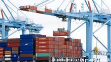 Das Containerschiff MOL im Hafen von Zeebrügge, Belgien, Europa