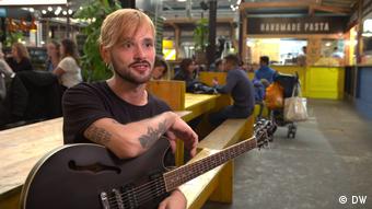Francis Petrini, músico callejero.