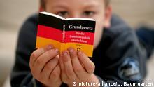 Ein Kind liest das Grundgesetz
