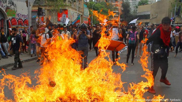 معترضان خشمگین در پایتخت شیلی، جمعه ۲۵ اکتبر ۲۰۱۹