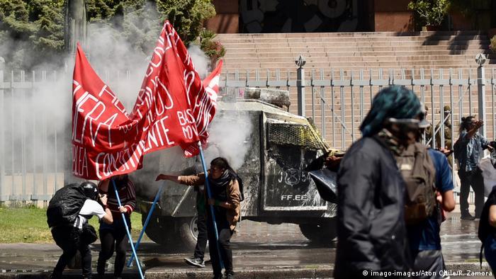 Manifestantes em frente Congresso do Chile, em Valparaíso