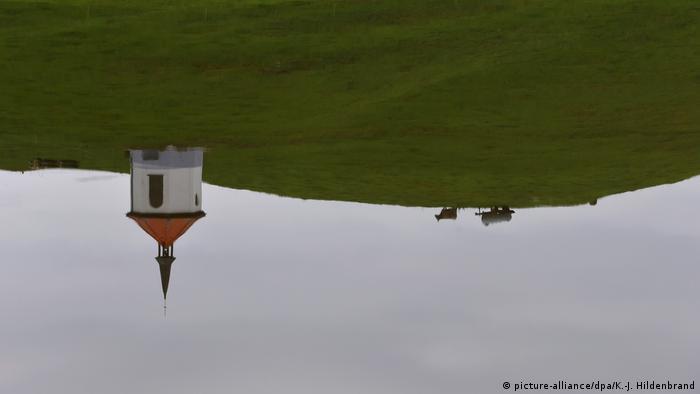 Kapelica i krava se zrcale u jezeru u Bavarskoj - optička varka (picture-alliance/dpa/K.-J. Hildenbrand)